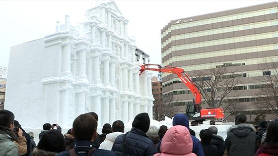 大雪像、迫力の解体ショー詳しくはこちら