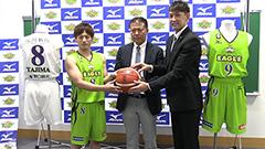 原点回帰「緑」で勝負 レバンガ新ユニホームお披露目