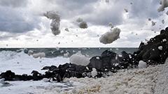 強風で「波の花」乱舞 留萌の海岸