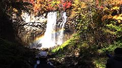 虹と滝と紅葉 1時間だけの共演 札幌・滝野