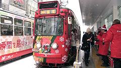 雪の札幌に映える赤いサンタ色の路面電車 「クリスマス電車」運行開始