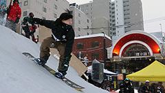 狸小路商店街抜けると・・スノボ滑走広場だった 札幌都心の創成川公園で初イベント