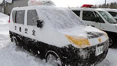 ツイッターで「本物そっくり」と話題になったパトカー雪像が今年も登場 北海道・幌延の駐在所