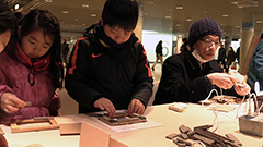 軟石のある生活いかが グッズ作り体験に60人 鍋敷きなど雑貨も展示 札幌・地下歩行空間