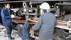 移設問題で揺れた室蘭のD51形SLのサビ落とし 鉄道ファンの市長も参加