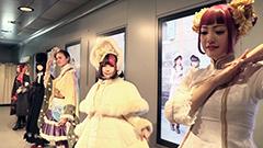 外国人もロリータなりきってポーズ 札幌・チカホでファッションショー