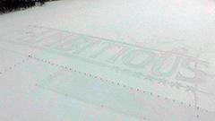 クラーク博士の像建ち札幌ドーム望む羊ケ丘 日本ハムが雪上アートで「F-AMBITIOUS」