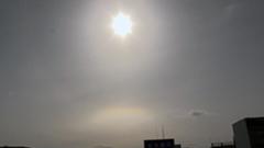 太陽の下に直線状の虹 札幌で環水平アーク