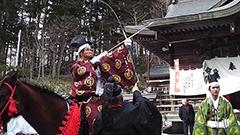 馬上から放たれた幸運の矢を見事にキャッチ 平取の義経神社で神事