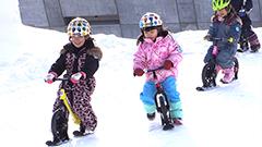 氷の滑り台やストライダー ひと足早く雪まつり開幕したつどーむ会場 子どもが楽しめる施設いっぱい